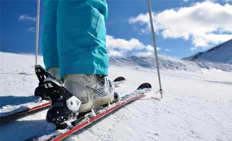Attrezzatura ai piedi di uno sciatore